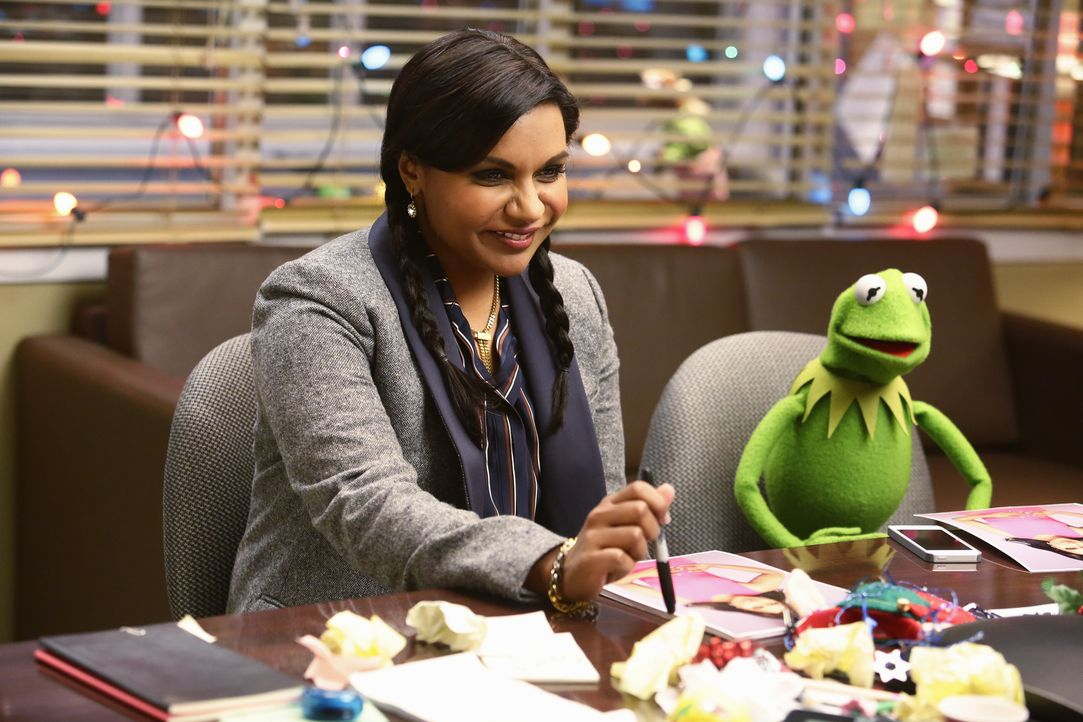 Während Fozzie traurig ist, weil Becky völlig unerwartet mit ihm Schluss gemacht hat, steht Kermit (r.) vor einem Problem mit Mindy Kaling (l.) ... - Bildquelle: Nicole Wilder ABC Studios
