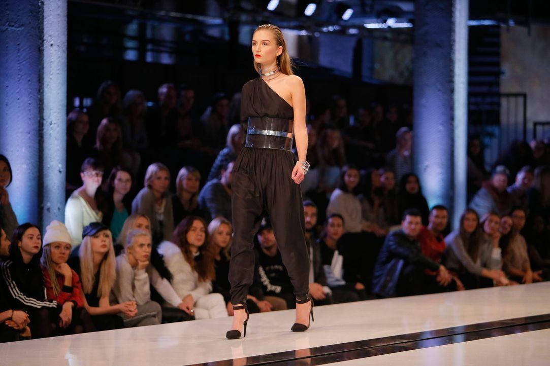 GNTM-Stf11-Epi01-erste-fashion-show-Julia-47-ProSieben-Huebner-TEASER - Bildquelle: ProSieben/Richard Huebner
