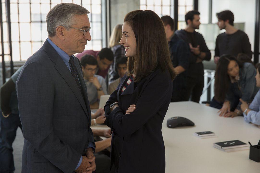 Entwickelt sich vom Praktikanten mit Lebenserfahrung zu einem Mentor für Jules (Anne Hathaway, r.): Witwer Ben Whittaker (Robert De Niro, l.) ... - Bildquelle: Warner Brothers