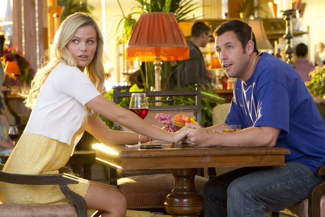Als der erfolgreiche Schönheitschirurg Danny Maccabee (Adam Sandler, r.) eines Tages der Frau seiner Träume, Palmer (Brooklyn Decker, l.), begegne... - Bildquelle: 2011 Columbia Pictures Industries, Inc. All Rights Reserved.