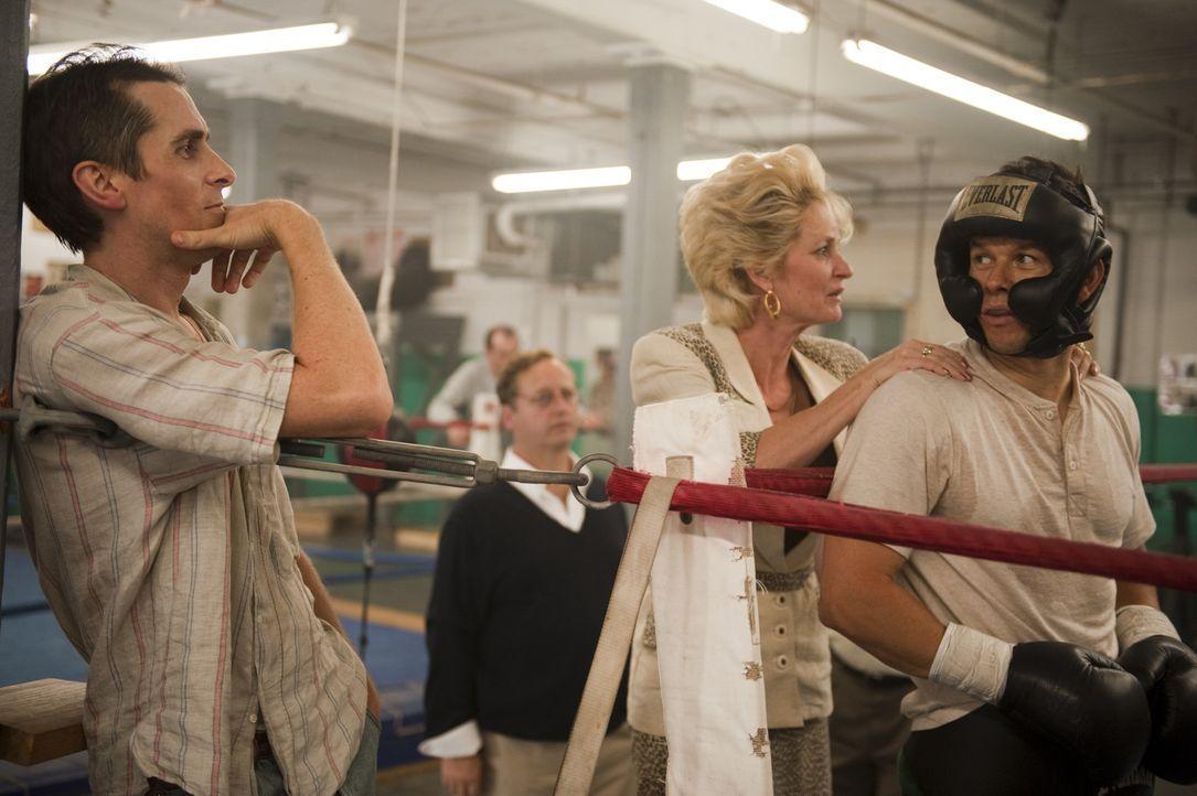 Bislang ist Micky (Mark Wahlberg, r.) der große Durchbruch als Boxer verwehrt geblieben. Unterstützung bekommt er von seinem Halbbruder Dicky (Chr... - Bildquelle: 2010 Fighter, LLC All Rights Reserved