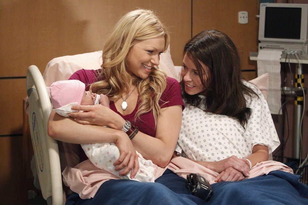 Nachdem ihre Schwester Sloane (Chelsea Handler, r.) sie aus dem Gefängnis abgeholt hat, muss sich Chelsea (Laura Prepon, l.) revanchieren und ihr b... - Bildquelle: Warner Brothers