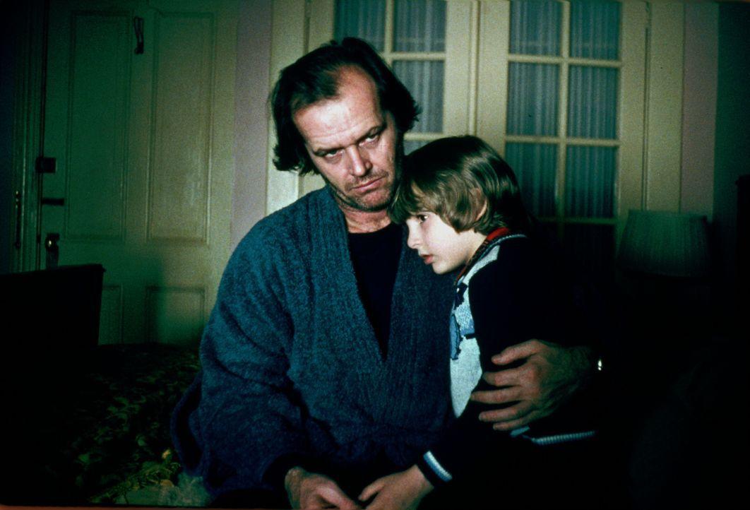 Der kleine Danny (Danny Lloyd, l.) fühlt sich in seiner neuen Umgebung nicht sehr wohl. Sein Vater Jack (Jack Nicholson, r.) versucht, ihn zu beruhi... - Bildquelle: Warner Bros.