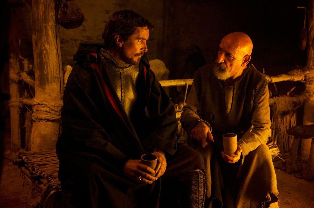 Auf einer Erkundungsreise begegnet Moses (Christian Bale, l.) eines Tages dem Israeliten Nun (Ben Kingsley, r.), der den ungläubigen Soldaten über s... - Bildquelle: 2014 Twentieth Century Fox Film Corporation. All rights reserved.