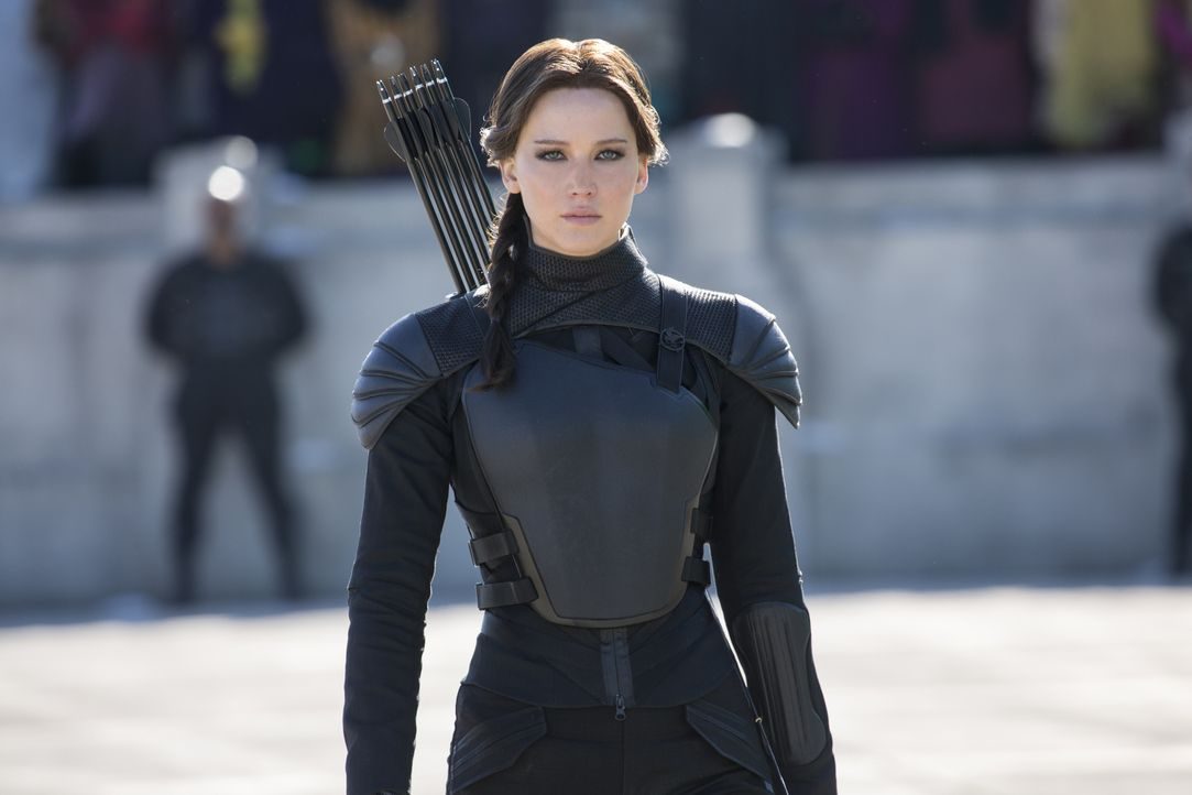 David gegen Goliath: Nachdem sie zum Gesicht der Rebellion erklärt wurde, führt Katniss (Jennifer Lawrence) die einzelnen Distrikte von Panem in den... - Bildquelle: Murray Close TM &   2015 Lions Gate Entertainment Inc. All rights reserved.