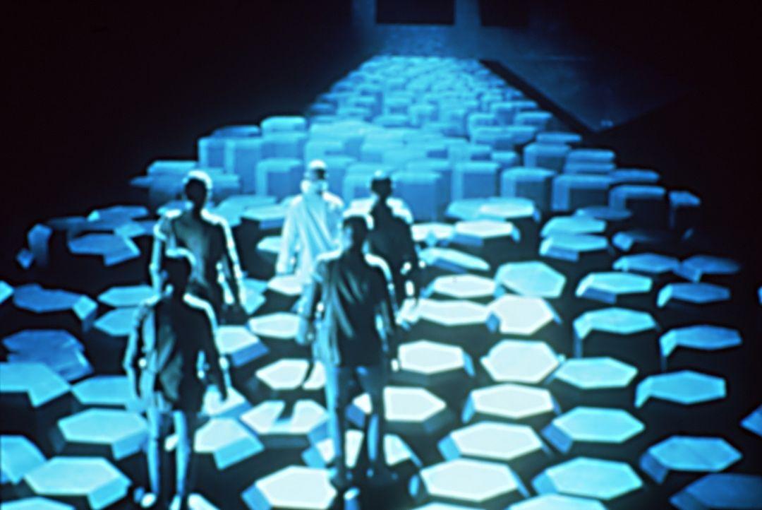 Ein Kommando der Enterprise erforscht das fremde Raumschiff ... - Bildquelle: Paramount Pictures