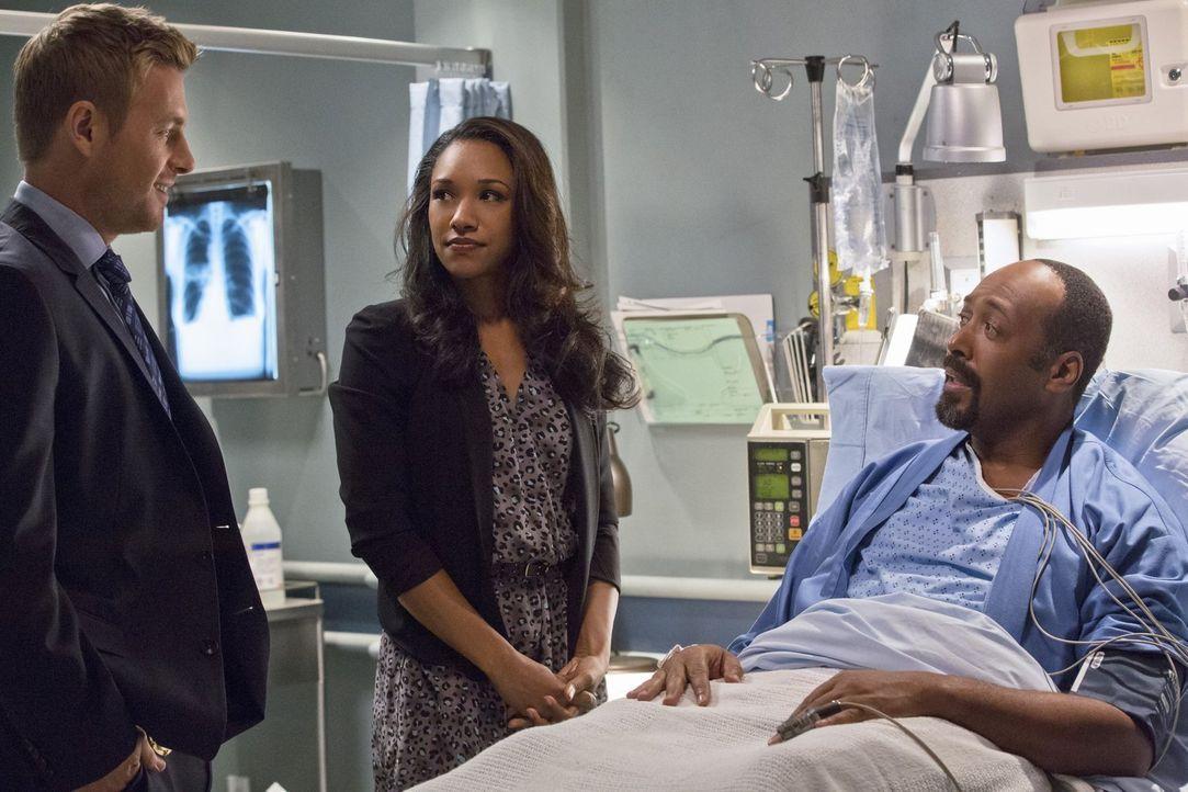 Versuchen ihre Beziehung vor Joe (Jesse L. Martin, r.) zu verheimlichen: Iris (Candice Patton, M:) und Eddie (Rick Cosnett, l.) ... - Bildquelle: Warner Brothers.