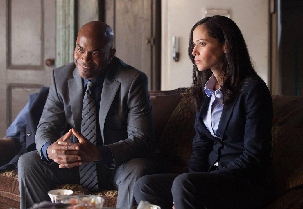 Bei den Ermittlungen: Crispus Allen (Andrew Stewart-Jones, l.) und Renee Montoya (Victoria Cartagen, r.) erhoffen sich Hinweise von Oswald Cobblepot... - Bildquelle: Warner Bros. Entertainment, Inc.