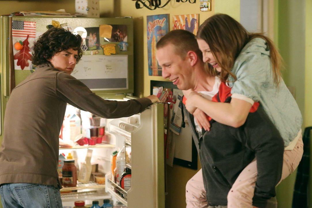 Axl (Charlie McDermott, l.) ist absolut genervt von seiner Schwester Sue (Eden Sher, r.) und ihrem neuen Freund Darrin (John Gammon, M.), an dem sie... - Bildquelle: Warner Brothers