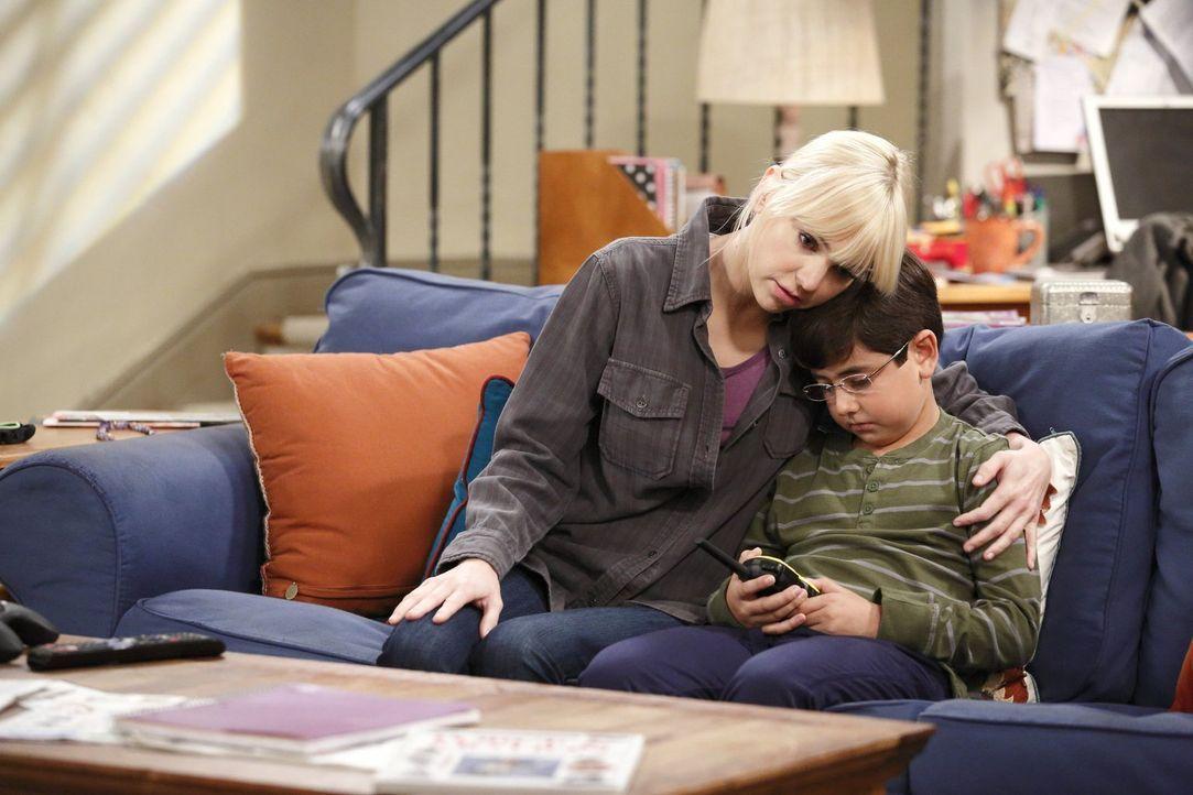 Der unerwartete Tod in der Familie trifft Christy (Anna Faris, l.) und Roscoe (Blake Garret, r.) hart ... - Bildquelle: Warner Bros. Television