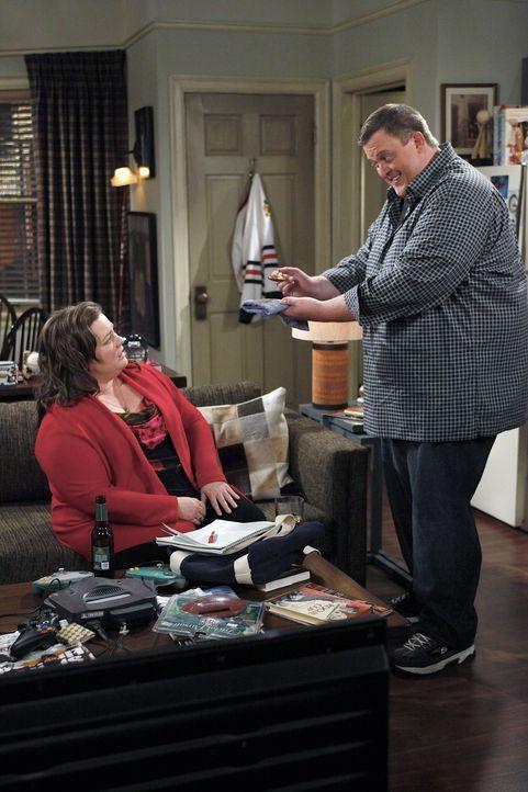 Sind glücklich miteinander: Mike (Billy Gardell, r.) und Molly (Melissa McCarthy, l.) ... - Bildquelle: 2010 CBS Broadcasting Inc. All Rights Reserved.