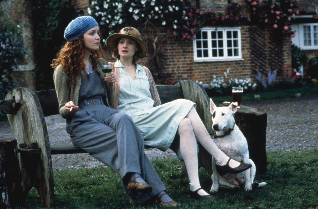 Die beiden Schwestern Cassandra (Romola Garai, r.) und Rose Mortmain (Rose Byrne, l.)  leben mit ihrer Familie abgeschlossen von der Außenwelt in e... - Bildquelle: 2012 Sony Pictures Television Inc. All Rights Reserved.