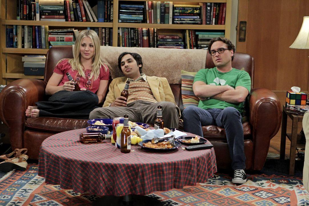 Während das Date von Amy und Sheldon völlig anders verläuft als geplant, verbringen Penny (Kaley Cuoco, l.), Leonard (Johnny Galecki, r.) und Raj (K... - Bildquelle: Warner Bros. Television