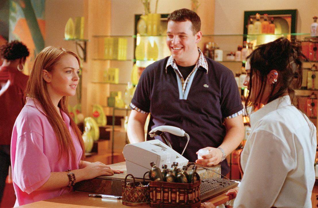 An der neuen Schule freundet sich Cady (Lindsay Lohan, l.), die in Afrika aufgewachsen ist und noch nie eine öffentliche Schule besucht hat, mit den... - Bildquelle: Paramount Pictures
