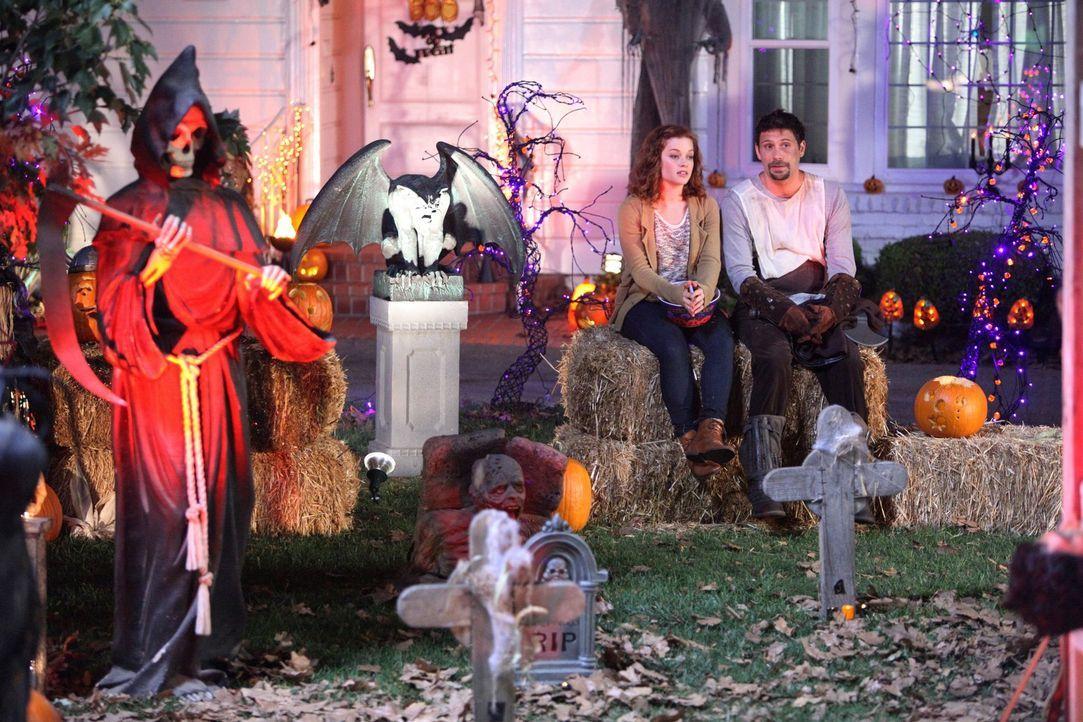 Halloween in Chatswin: George (Jeremy Sisto, r.) und Tessa (Jane Levy, l.) ... - Bildquelle: Warner Bros. Television