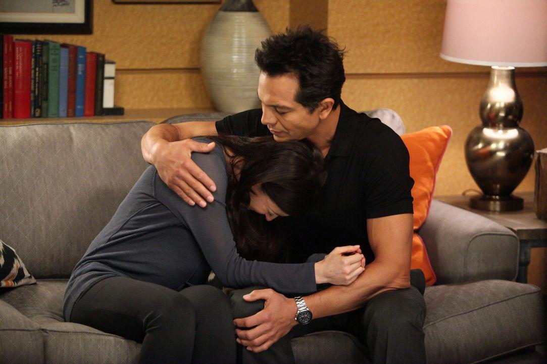 Jake (Benjamin Bratt, r.) steht Amelia (Caterina Scorsone, l.) in ihrer schweren Zeit bei, während Pete und Violet weiter an ihrer Beziehung arbeit... - Bildquelle: ABC Studios