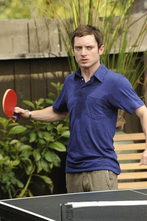 Aus einem lockeren Tischtennisspiel entwickelt sich ein unerbittlicher Kampf zwischen Konkurrenten. Ryan (Elijah Wood), der früher Tischtennis-Cham... - Bildquelle: 2011 FX Networks, LLC. All rights reserved.