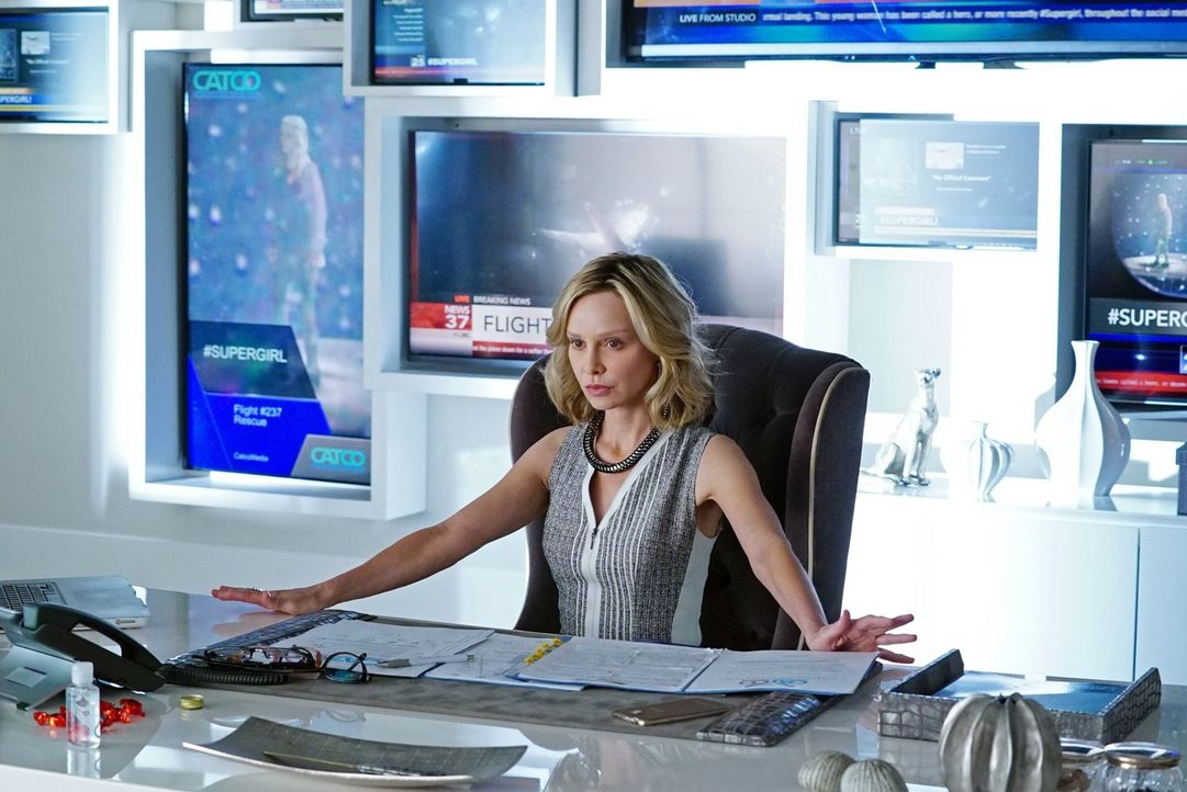 Als eine neue weibliche Heldin am Horizont von National City auftaucht, verpasst Cat Grant (Calista Flockhart), Gründerin des Medienunternehmens Cat... - Bildquelle: 2015 Warner Bros. Entertainment, Inc.