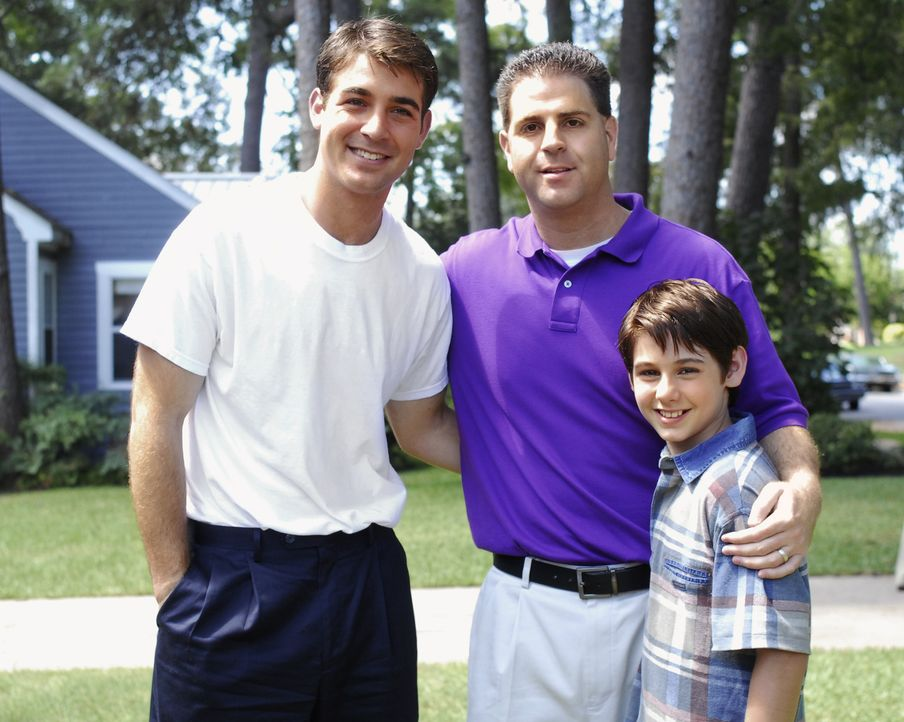 Jimmy Wolk (l.) und Dominic Scott Kay (r.) übernahmen den Part des jungen, bzw. des älteren Brad Cohen (M.), dessen Lebensgeschichte verfilmt wurde. - Bildquelle: 2008 Hallmark Hall of Fame Productions, Inc.