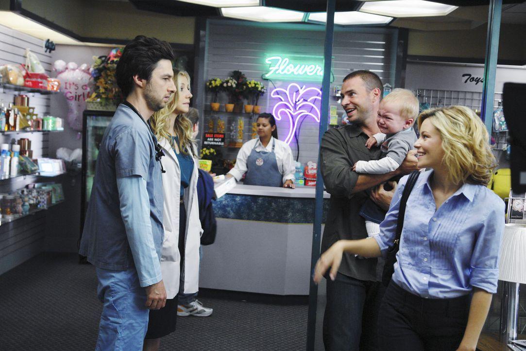 Elliot (Sarah Chalke, 2.v.l.) und J.D. (Zach Braff, l.) haben das Wochenende mit Sam verbracht und bringen ihn nun zu Kim zurück. Dort erleben sie... - Bildquelle: Touchstone Television