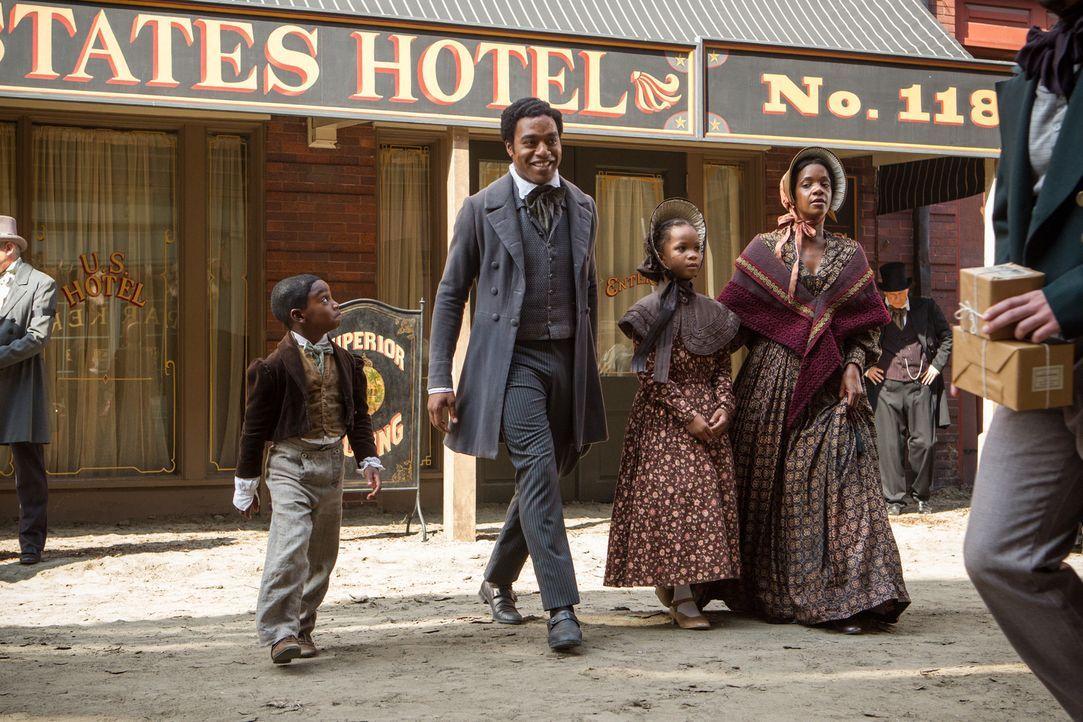 Der freie Afroamerikaner Solomon (Chiwetel Ejiofor, 2.v.r.) führt mit seiner Familie ein glückliches Leben im Norden Amerikas, bis er von Männern ve... - Bildquelle: TOBIS FILM