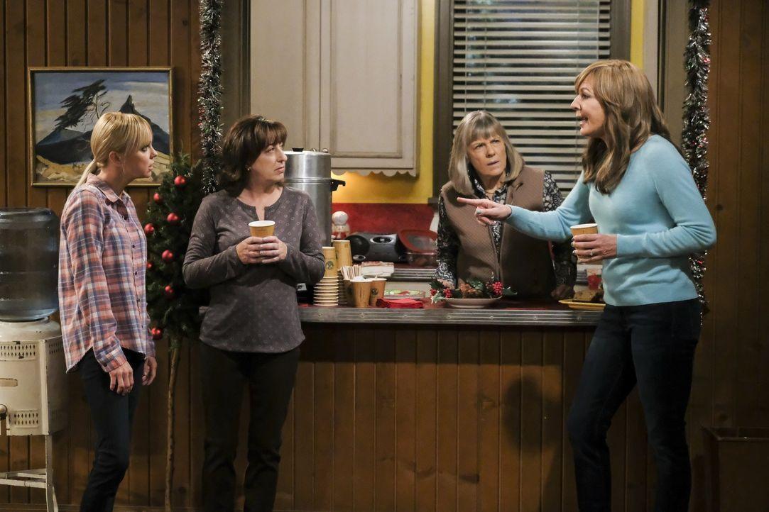 Christy (Anna Faris, l.), Wendy (Beth Hall, 2.v.l.), Marjorie (Mimi Kennedy, 2.v.r.) und Bonnie (Allison Janney, r.) müssen sich mit einem Einbruch... - Bildquelle: 2017 Warner Bros.
