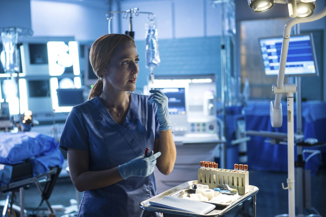 Alien-DNA in einem menschlichen Körper? Scully (Gillian Anderson) hofft, diese fremde DNA endlich nachweisen zu können ... - Bildquelle: Ed Araquel 2016 Fox and its related entities.  All rights reserved.
