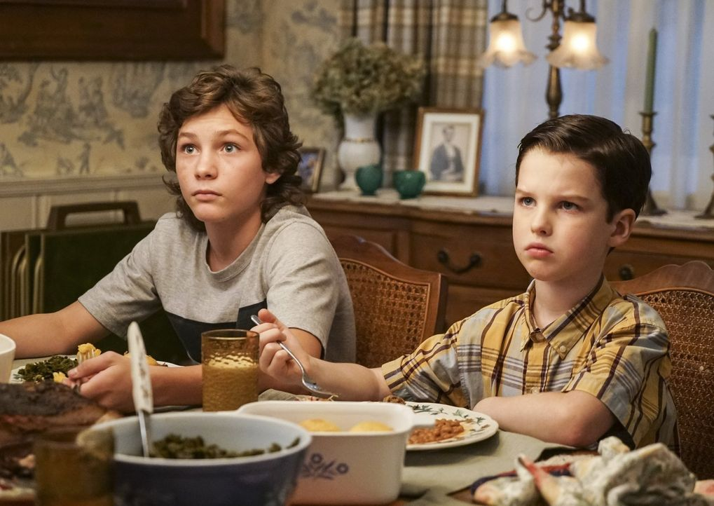 Als zwischen George und Meemaw ein Streit entfacht, suchen Georgie (Montana Jordan, l.), Sheldon (Iain Armitage, r.) und Missy nach einem Weg, um zu... - Bildquelle: Warner Bros.