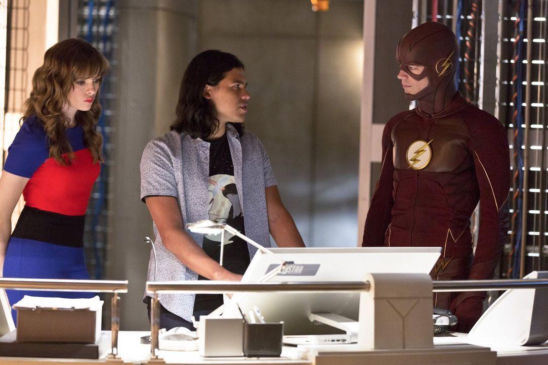 Noch ahnen Caitlin (Danielle Panabaker, l.), Cisco (Carlos Valdes, M.) und Barry alias The Flash (Grant Gustin, r.) nicht, welche Folgen die Weltenb... - Bildquelle: 2015 Warner Brothers.