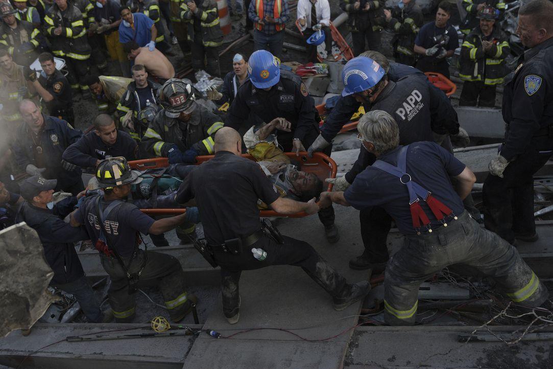 Nachdem ein Flugzeug in einen der Türme des World Trade Centers eingeschlagen ist, werden aus vielen Helfern Opfer ... - Bildquelle: TM &   Paramount Pictures. All Rights Reserved.