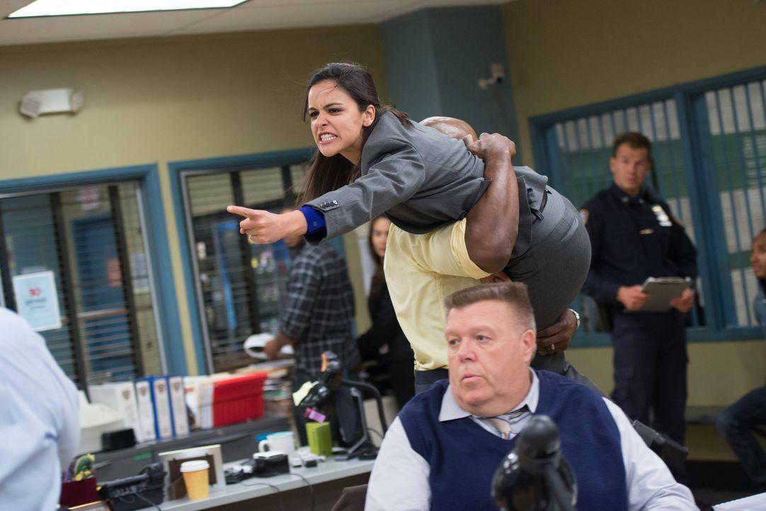 Amy Santiago (Melissa Fumero, oben); Scully (Joel McKinnon Miller, unten) - Bildquelle: Eddy Chen 2013 NBC Studios LLC. All Rights Reserved. / Eddy Chen