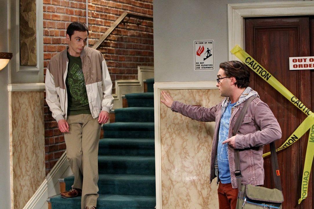 Während sich Leonard (Johnny Galecki, r.) schwer tut, Penny bei ihrer Schauspielkarriere zu unterstützen, versucht Sheldon (Jim Parsons, l.), sich z... - Bildquelle: Warner Brothers