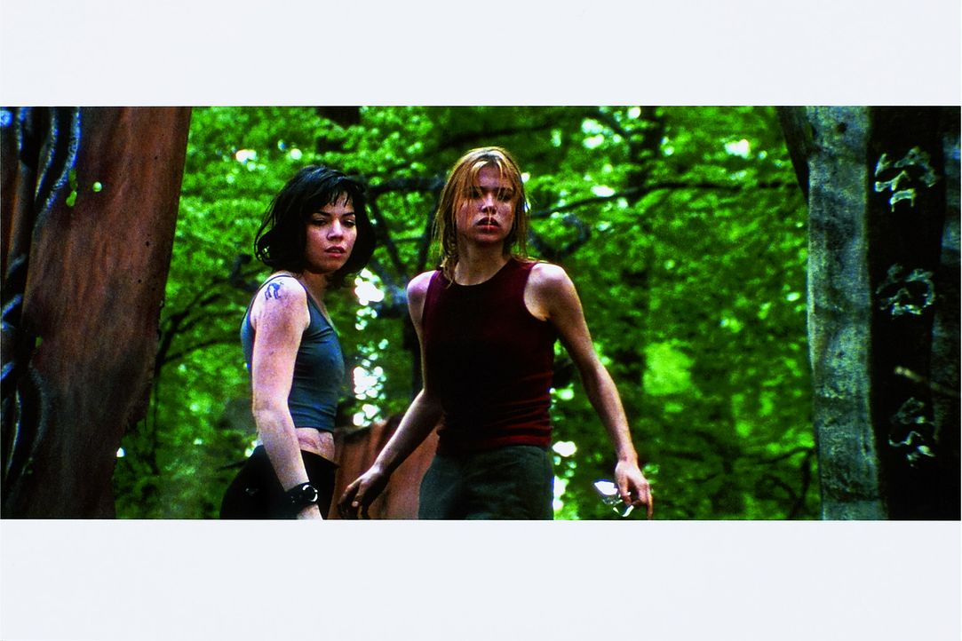 Machen eine schreckliche Entdeckung: Chloé (Elsa Kikoine, r.) und Iris (Cylia Malki, l.) ...
