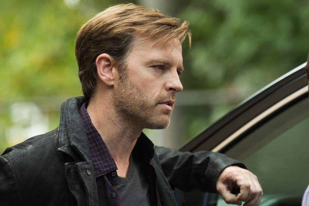 Während sich der Journalist Leo Greene (Trevor St. John) auf die Suche nach Antworten macht, erkennen die Bewohner innerhalb der Quarantäne, dass si... - Bildquelle: Warner Brothers