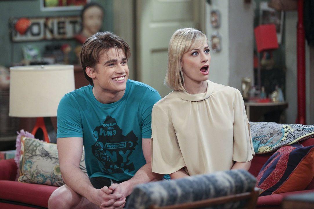 Nicht immer einer Meinung: Nash (Austin Falk, l.) und Caroline (Beth Behrs, r.) ... - Bildquelle: Warner Bros. Television