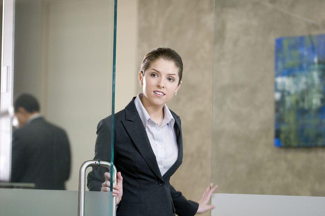 Frisch von der Uni kommend, schlägt Natalie (Anna Kendrick) vor, eine Menge Kosten einsparen zu können, wenn man die Leute per Videokonferenz feue... - Bildquelle: TM and   2009 by DW Studios LLC. All rights reserved.