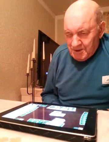 Opa beim Schafkopf spielen
