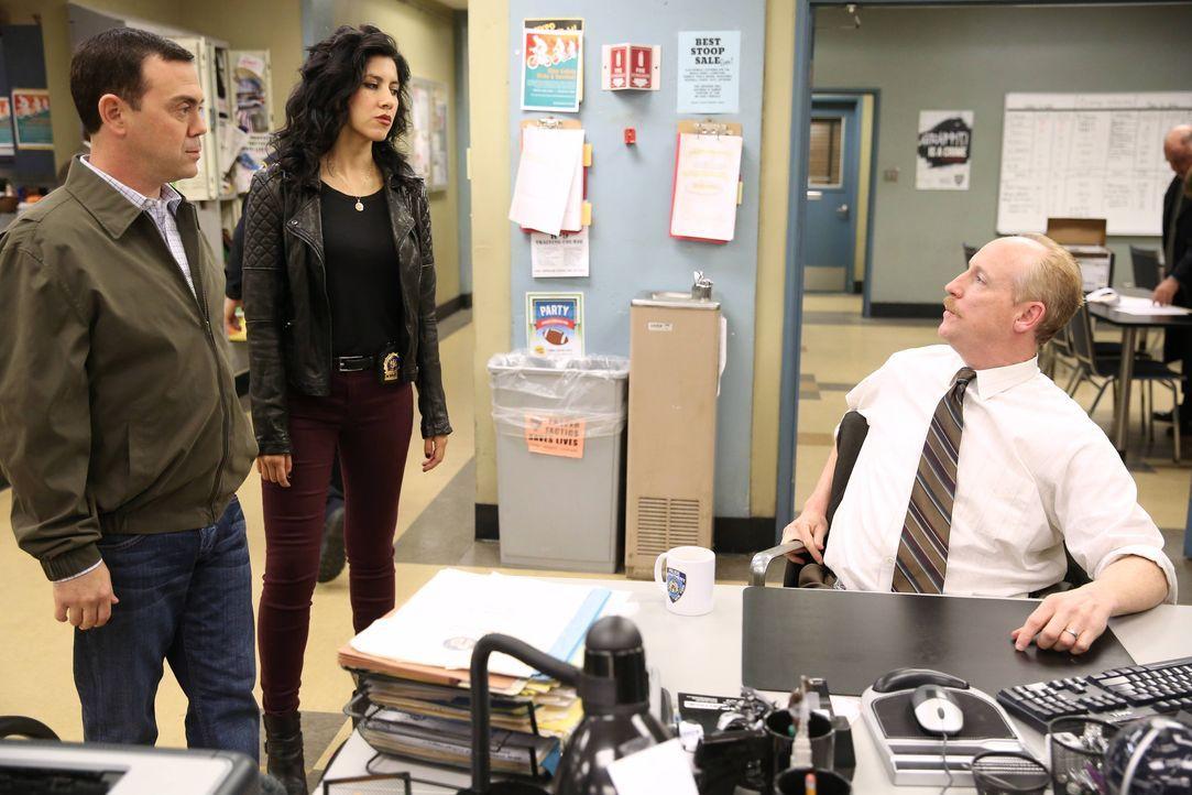 (v.l.n.r.) Charles Boyle (Joe Lo Truglio); Rosa Diaz (Stephanie Beatriz); Detective Lohank (Matt Walsh) - Bildquelle: Tyler Golden 2013 NBC Studios LLC. All Rights Reserved. / Tyler Golden