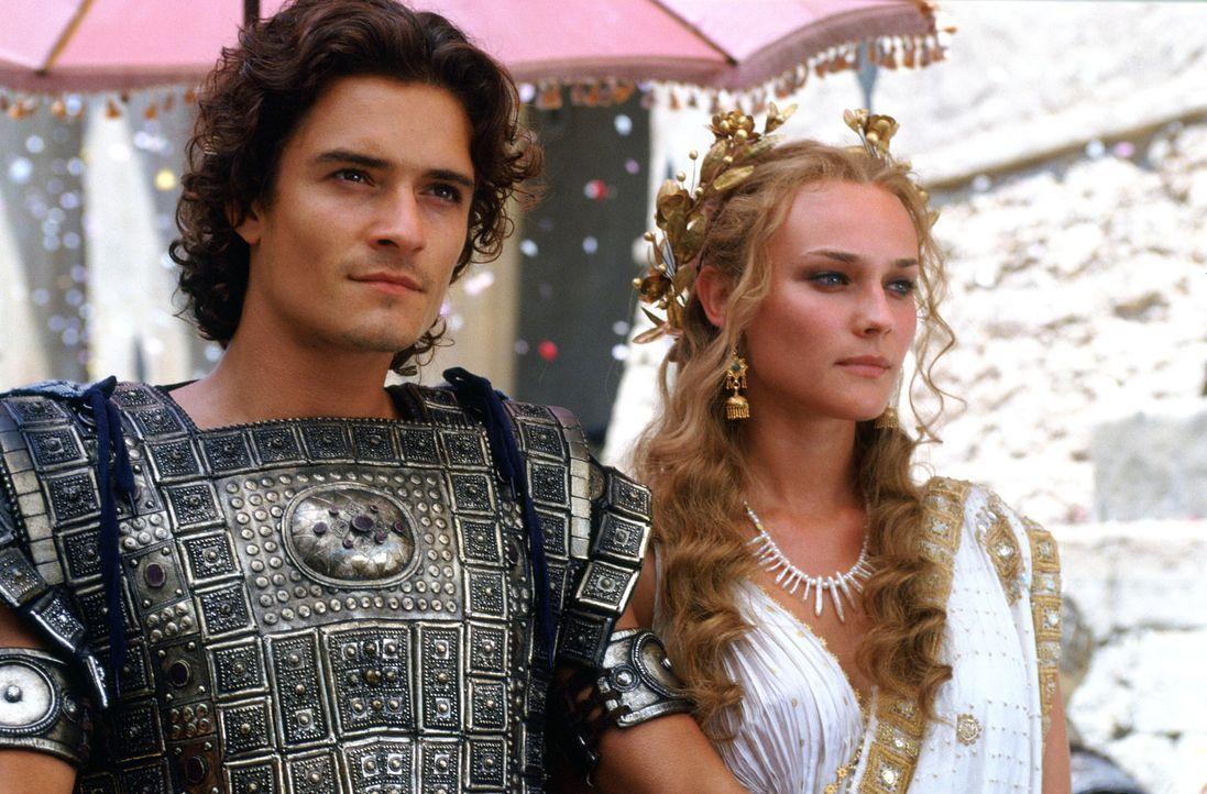 Unglücklicherweise verliebt sich der attraktive Königssohn Paris (Orlando Bloom, l.) in die schöne Helena (Diane Kruger, r.), Königin von Sparta... - Bildquelle: Warner Brothers International Television