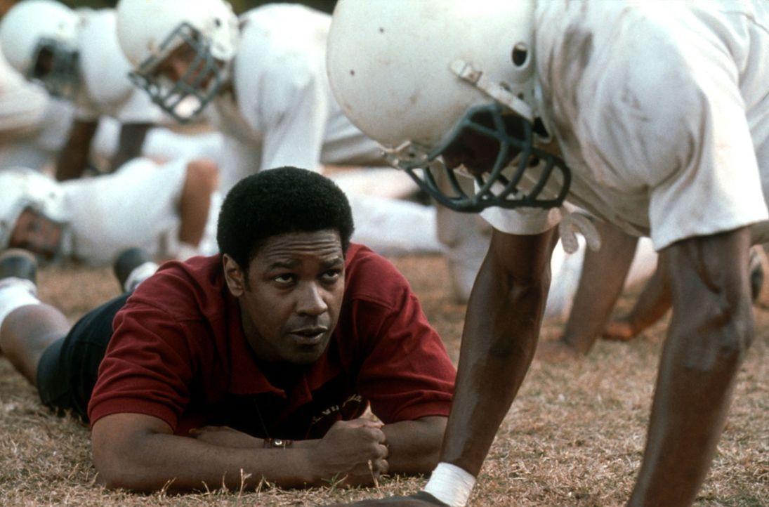 So leicht gibt er nicht auf: Coach Boone (Denzel Washington, l.) muss seine Football-Mannschaft dazu bringen, als Team zu funktionieren ... - Bildquelle: Tracy Bennett Disney Enterprises, Inc. & Jerry Bruckheimer, Inc.