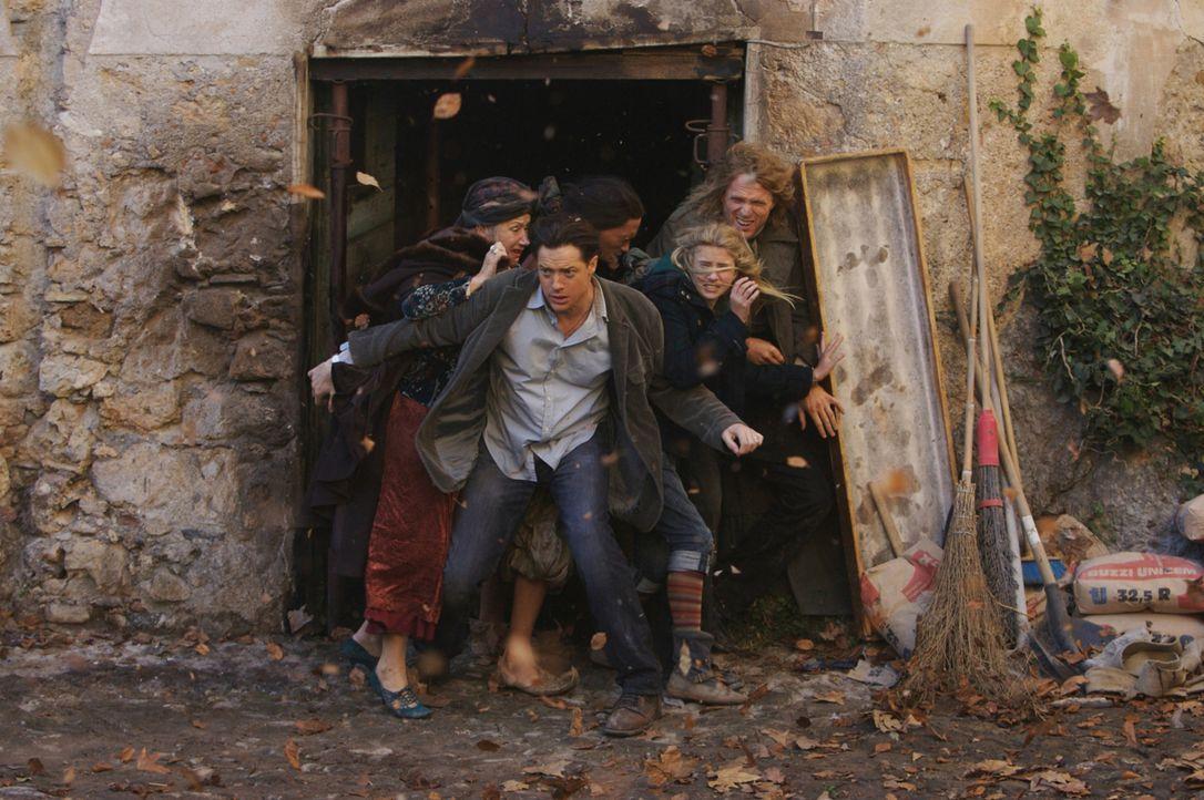 Mit Hilfe eines Wirbelsturmes können Elinor (Helen Mirren, l.), Mo (Brendan Fraser, 2.v.l.), Farid (Ravi Gavron, M.), Meggie (Eliza Bennett, 2.v.r.)... - Bildquelle: Warner Brothers