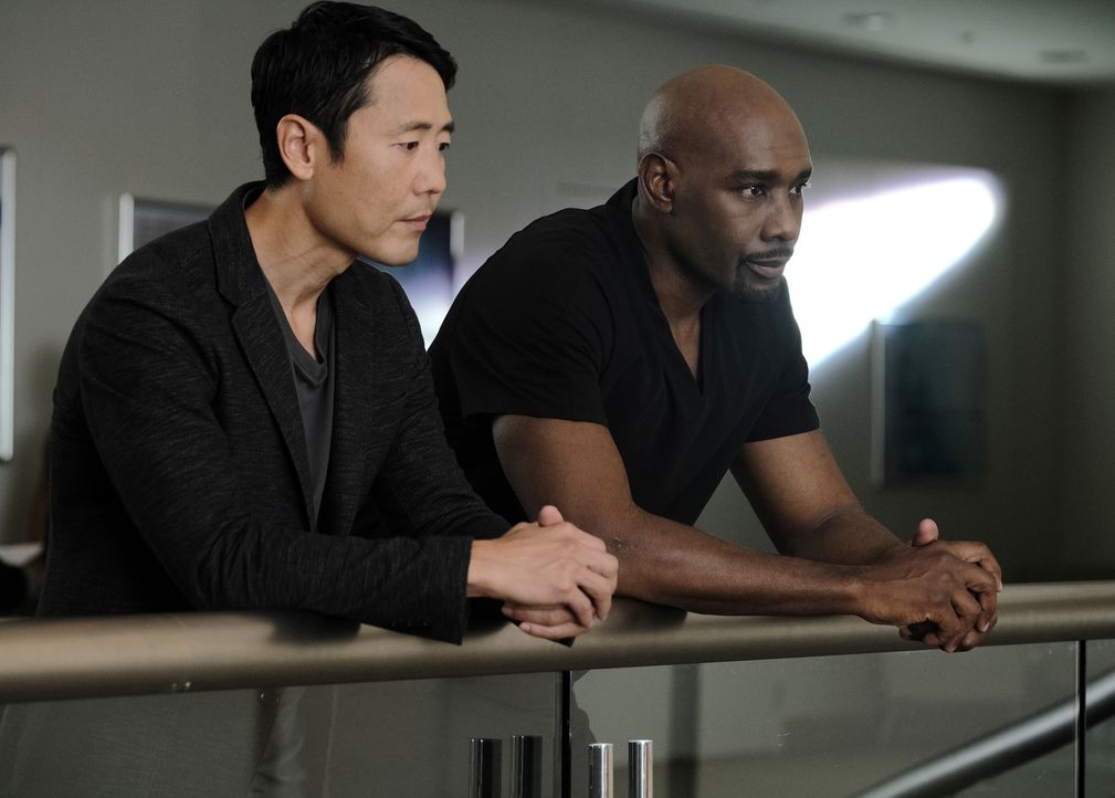 Logan Kim (Rob Yang, l.); Dr. Barrett Cain (Morris Chestnut, r.) - Bildquelle: Guy D'Alema 2019-2020 Twentieth Century Fox Film Corporation.  All rights reserved. / Guy D'Alema