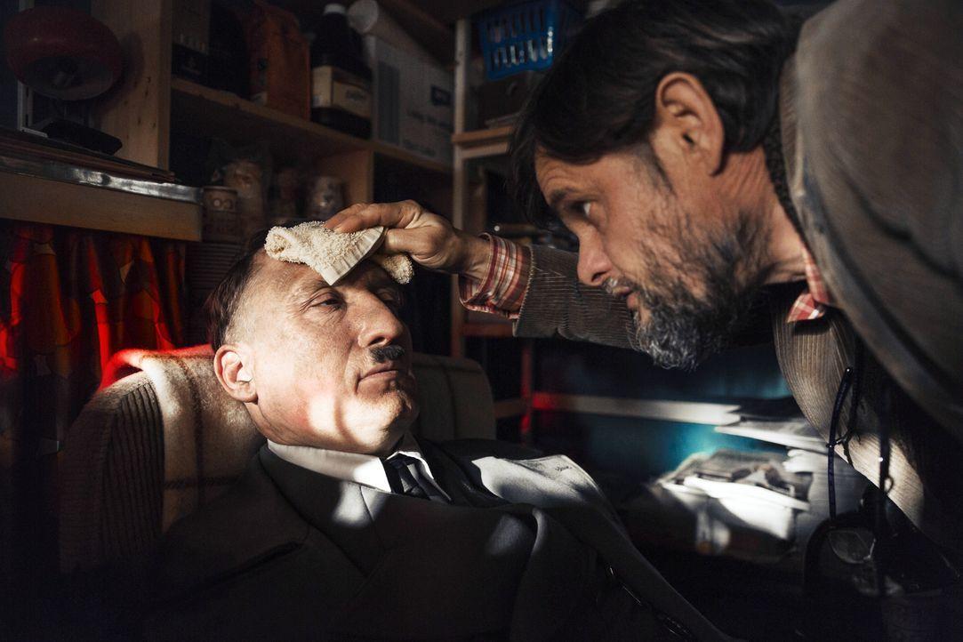 Als Adolf Hitler (Oliver Masucci, l.) noch orientierungslos durch die Straßen Berlins streift, greift ihn ein Kioskbesitzer (Lars Rudolph, r.) auf u... - Bildquelle: 2015 Constantin Film Verleih GmbH.