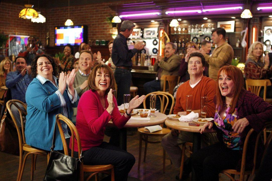 Weil sie Mike und Frankie (Patricia Heaton, M.) immer mehr wie die Dienstboten ihrer Kinder vorkommen, überreden sie ihre Freunde Nancy (Jen Ray, vo... - Bildquelle: Warner Brothers