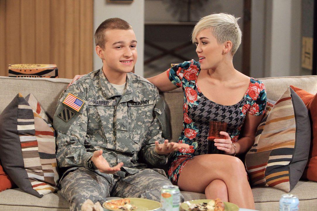Für Jake (Angus T. Jones, l.) geht ein Traum in Erfüllung, als er übers Wochenende heim kommt, ist Missi (Miley Cyrus, r.) zufällig auch da. Doch ha... - Bildquelle: Warner Brothers Entertainment Inc.