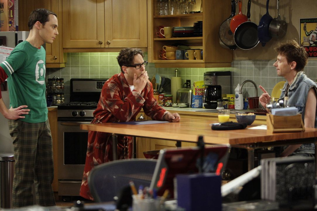 Toby (D.J. Qualls, r.) spielt bei der Lügengeschichte von Leonard (Johnny Galecki, M.) und Sheldon (Jim Parsons, l.) mit - und zieht bei den beiden... - Bildquelle: Warner Bros. Television