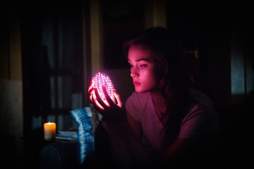 Auch, wenn die Kuppel nicht direkt auf Melanie (Grace Victoria Cox) reagiert, das rosa Ei scheint sie wiederzuerkennen ... - Bildquelle: 2014 CBS Broadcasting Inc. All Rights Reserved.