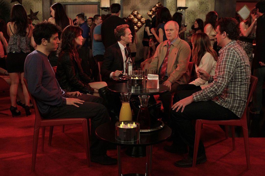 Verbringen einen Samstagabend zusammen: Barney (Neil Patrick Harris, 3.v.l.), sein Vater Jerry (John Lithgow, 3.v.r.), Ted (Josh Radnor, l.), Marsha... - Bildquelle: 20th Century Fox International Television