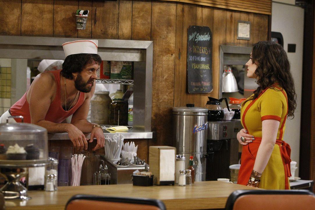 Der russische Koch Oleg (Jonathan Kite, l.) hofft trotz täglicher Abfuhren auf eine Chance bei seiner Kollegin Max (Kat Dennings, r.). Darauf wird... - Bildquelle: Warner Brothers