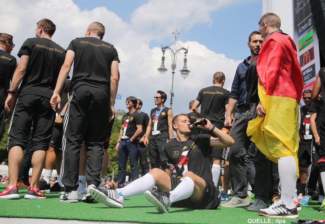 WM-ankunft-nationalmannschaft-berlin-18-140715-dpa - Bildquelle: dpa